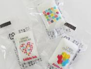 プリントガム。可食インクジェットインクでイラストやロゴマークを粒ガムに印刷。