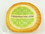 チーズタルトにプリントした透明可食シートをのせてデコレーション