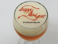 ビールの泡に Happy New Year のプリントをした可食性シートをのせてビールアート風に