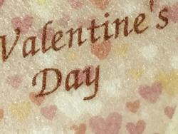 02:ハート型の焼き菓子シートにバレンタイン(Valentine)の文字とハートを可食プリント。