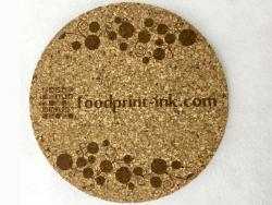 市販のコルクコースターに「foodprint-ink.com」の文字を天然色素インクでインクジェットプリントしました。