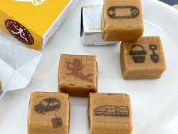 ミルクキャラメルに可食インクでロボット、新幹線などのイラストを印刷